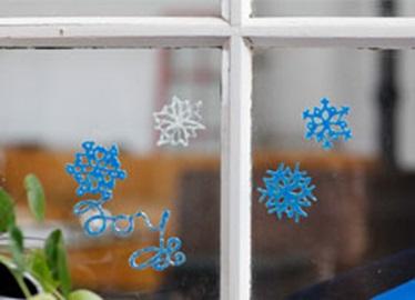 Copos de nieve de purpurina para adornar la ventana
