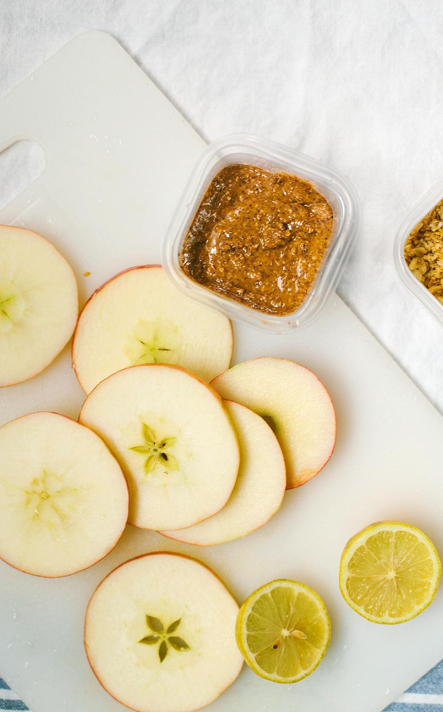 """""""Sándwiches"""" de manzana y mantequilla de almendras rociados con granola"""