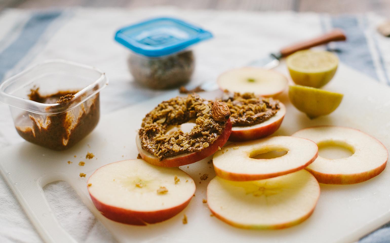 <![CDATA[«Sandwichs» aux pommes et au beurre d'amande saupoudrés de granolas]]>