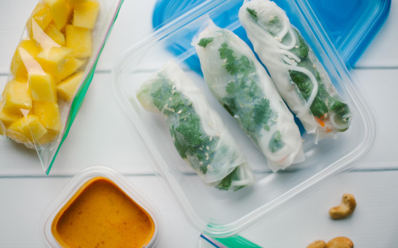 <![CDATA[Rouleaux de tofu à l'avocat, aux concombres et aux carottes avec sauce chili à l'ail et aux arachides]]>