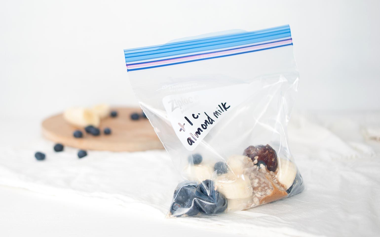 Batido de banana y arándanos azules listo para el desayuno