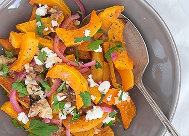 Salade à la courge musquée, aux oignons rouges marinés, aux noix confites et au fromage de chèvre