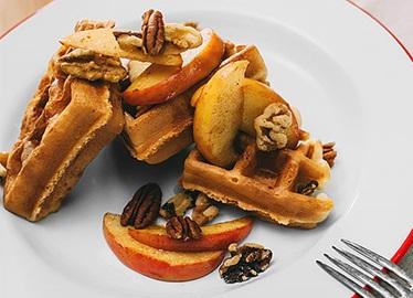 Gaufres aux pommes caramélisées et aux noix
