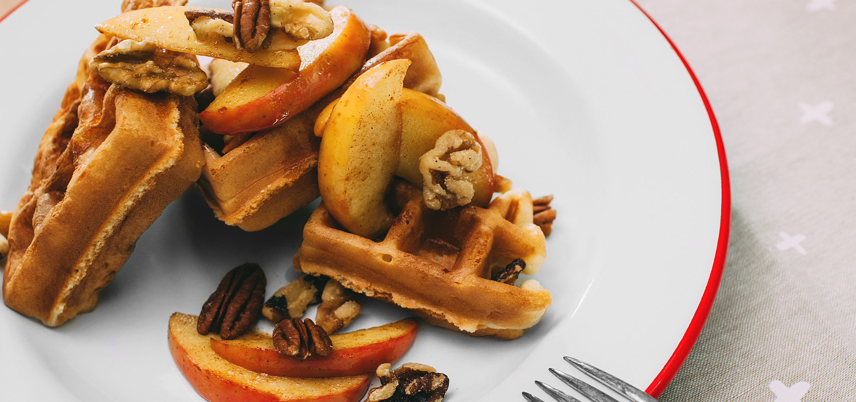 Waffles de manzanas y nueces caramelizadas