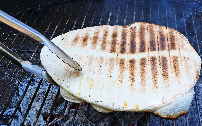 Carne asada sobre pan sin levadura