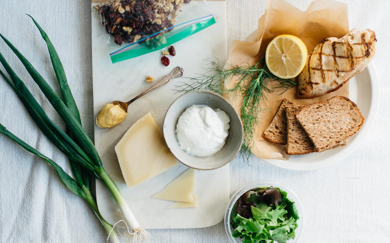 Sándwich de pollo y arándanos con queso suizo
