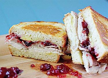 Sandwich fondant aux canneberges et à la dinde