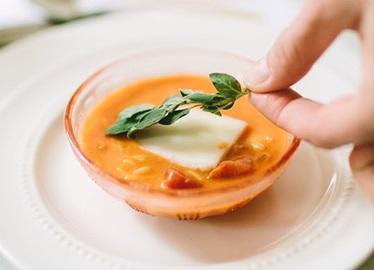 Soupe aux tomates avec de l'orzo à la grecque