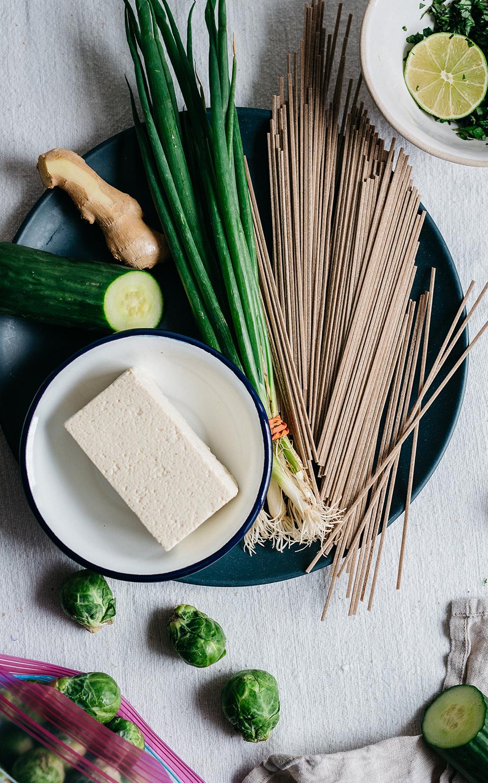 Bol de fideos soba verdes con tofu dorado