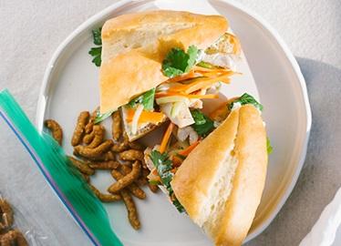 Banh Mi de pollo asado con mayonesa de jalapeño en vinagre
