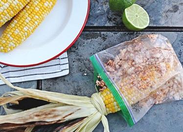 Maïs grillé avec fromage frais, poudre de chili et lime