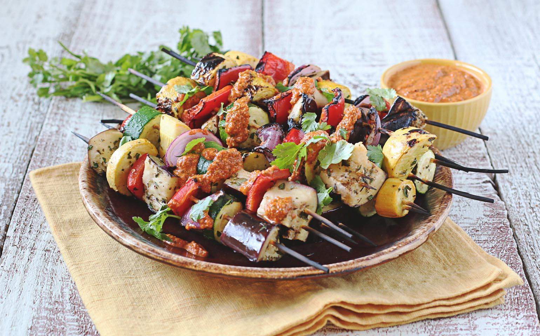 Verduras de verano marinadas con limón y asadas con salsa romesco