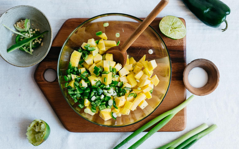Ensalada de frijoles y mango con queso fresco