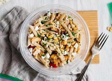 Ensalada de pasta mediterránea con pollo