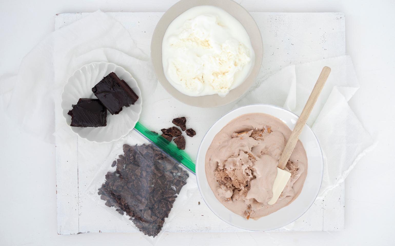 Pastel de yogurt helado, brownie, chocolate y mantequilla de maní