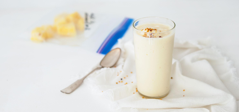 Boisson fouettée au yogourt grec à l'ananas pour la collation