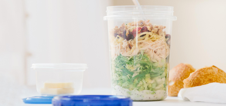 <![CDATA[Salade de choux de Bruxelles râpés et de poulet rôti]]>