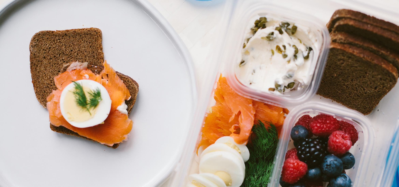 <![CDATA[Saumon fumé et œufs durs sur pumpernickel garni de mayonnaise aux câpres]]>