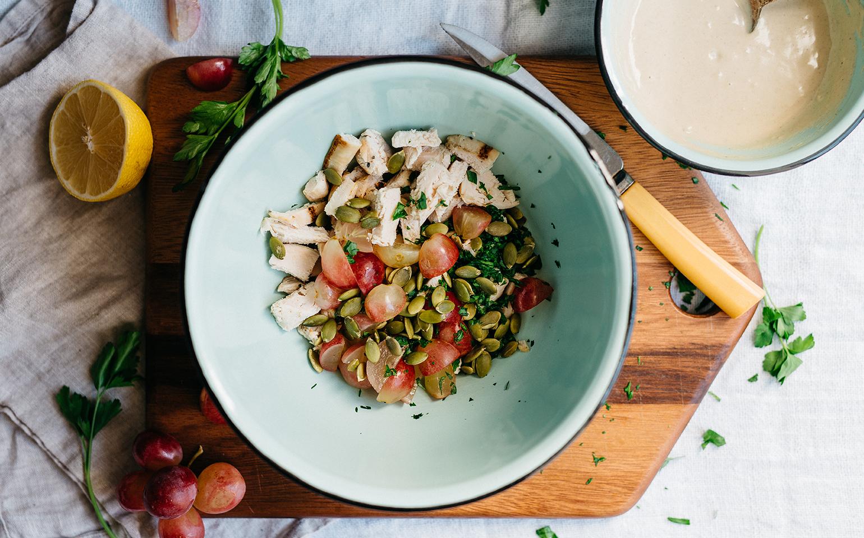 <![CDATA[Salade de poulet au tahini et aux raisins]]>