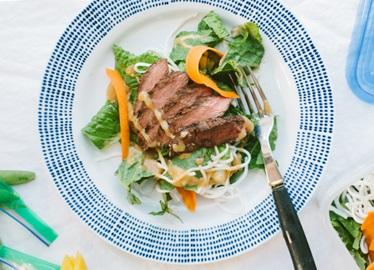 <![CDATA[Salade de bœuf à la thaïlandaise sur nouilles de riz avec vinaigrette aux arachides]]>