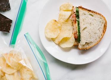 <![CDATA[Sandwich au thon avec poivrons rouges rôtis et œuf]]>