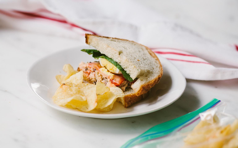 Sándwich de atún con pimientos rojos asados y huevo