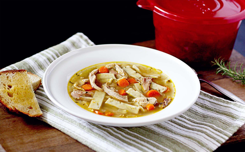Sopa de pavo con fideos de romero