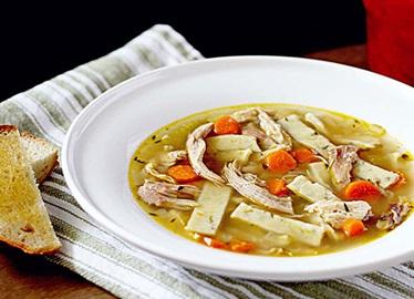 Soupe à la dinde et aux nouilles au romarin