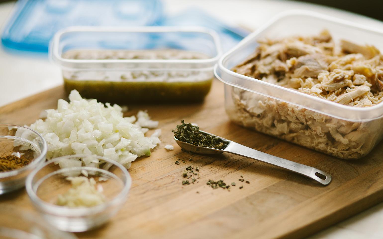 <![CDATA[Chili vert aux haricots blancs et au poulet]]>