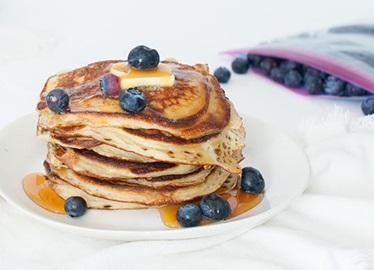Panqueques de yogurt con arándanos azules y miel