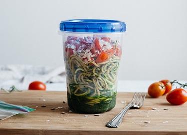 <![CDATA[Salade de pâtes à la courgette avec pesto de chou frisé]]>