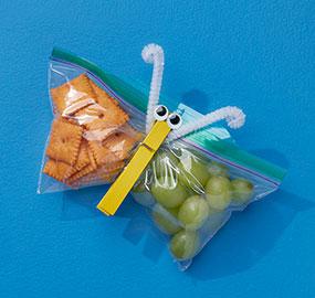 Sac Ziploc avec languette facile à ouvrir, collations, épingle à linge, raisins, collations au fromage, yeux mobiles, cure-pipes, bleu, jaune, vert.