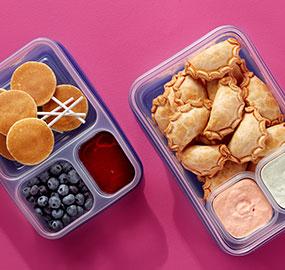 Contenants avec séparateurs Ziploc®, Ziploc, empanadas, bleuets, sucettes de crêpes, sirop, trempette au chipotle, pour emporter, dîner, combinaisons, sauces, idées de collations.